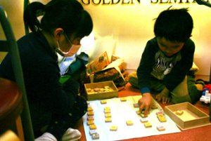 子どもたちは、本を読んだり、取り組みをしたりしながら、静かに待っていました。